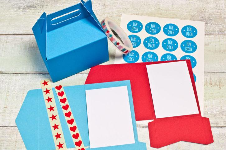 """1x große Geschenkbox mit Henkel 2x Pocketfold-Karten rot und blau A6 + Einleger 24 Aufkleber """"Für Dich"""" 1x Mini-Aufkleber 1x Masking-Tape 30m"""